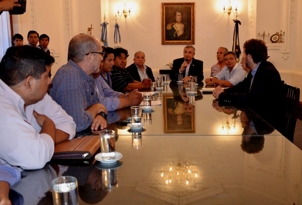 Gerardo Morales, funcionarios y dirigentes azucareros, en el Salón Blanco de la Casa de Gobierno.